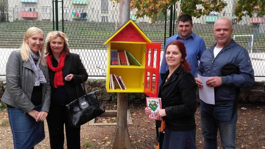 Kninska knjižnica darovala naslove za malu drvenu kućicu za knjige
