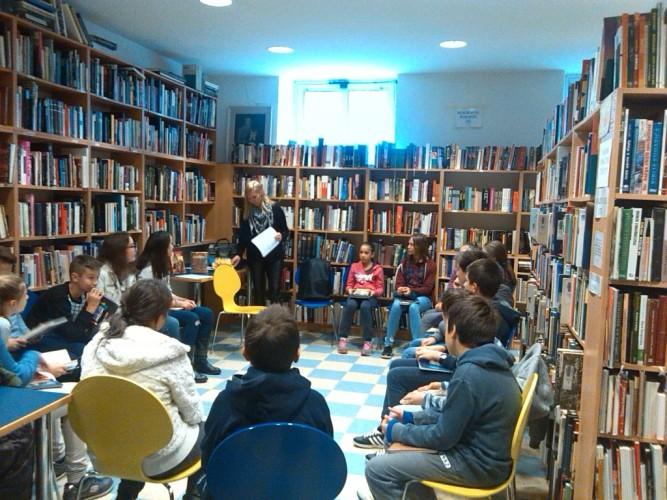 Inovativni sat lektire u knjižnici: Čitanje, raspravljanje, pantomima, kviz...